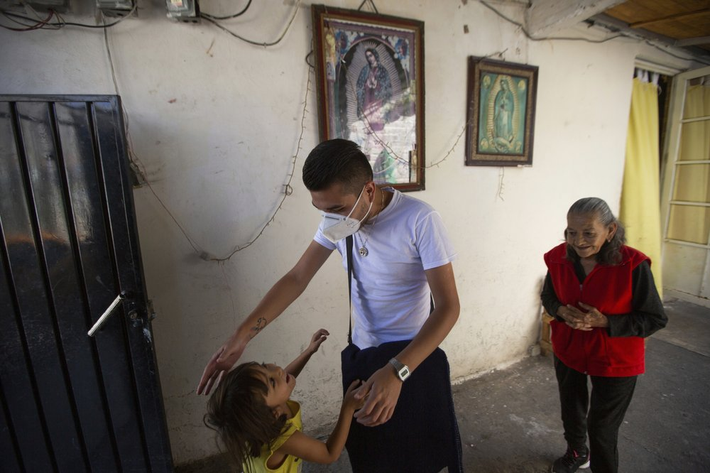 Mexico doctor spends free time visiting COVID-19 survivors