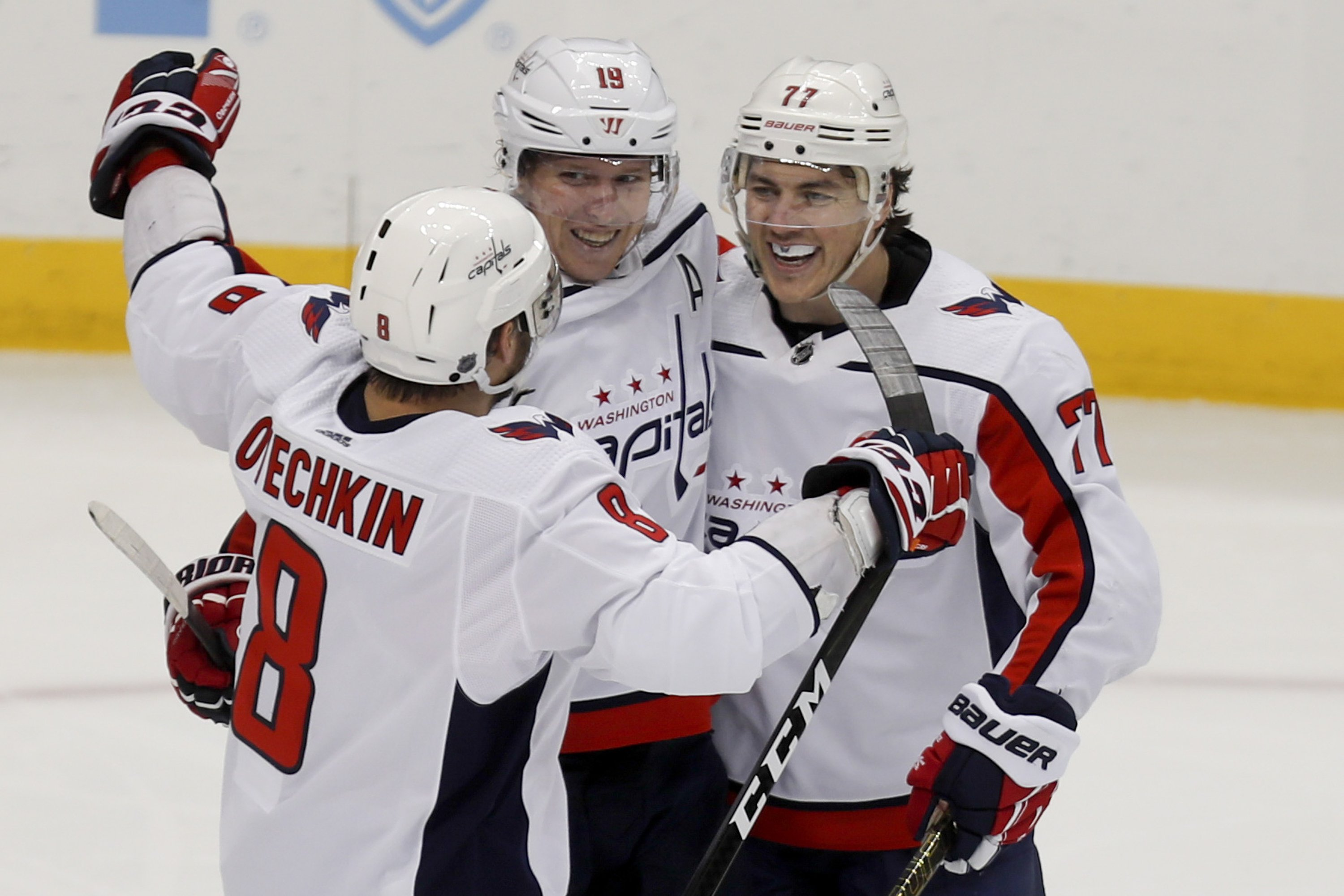 Dowd Holtby Lead Capitals To 5 2 Win Over Penguins