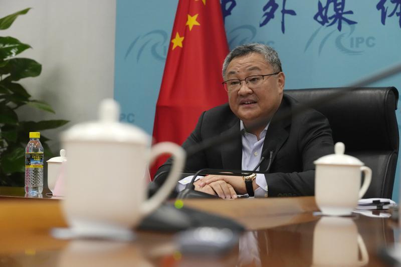Fu Cong, un director general del Ministerio del Exterior chino, habla en una rueda de prensa para periodistas extranjeros en la cancillería en Beijing, miércoles 25 de agosto de 2021. China se lanzó a la ofensiva el miércoles a la espera de un informe de inteligencia estadounidense sobre los orígenes del coronavirus. El funcionario acusó a Washington de politizar el asunto para echarle la culpa a China. (AP Foto/Ng Han Guan)