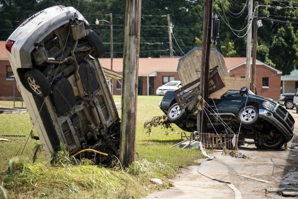 Aufgrund des Unwetters in Waverly, Tennessee, am Sonntag, 22. August 2021, werden beschädigte Fahrzeuge zurückgelassen. Die Regenfälle verwandelten die Bäche, die hinter Hinterhöfen und durch die Innenstadt von Waverly fließen, schnell in reißende Stromschnellen.  (Andrew Nelles/The Tennessean über AP)