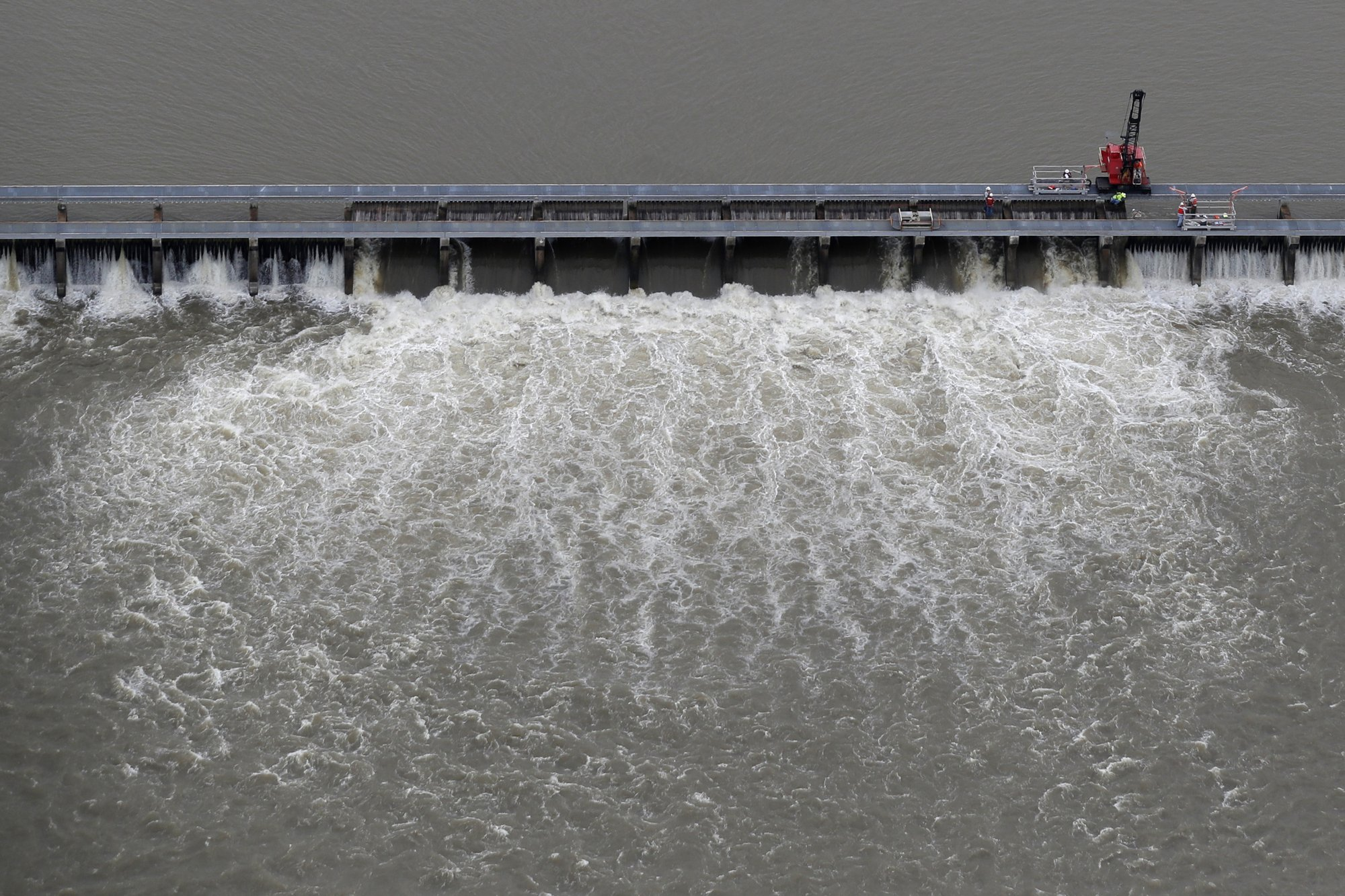 Mississippi River drops enough to begin closing big spillway