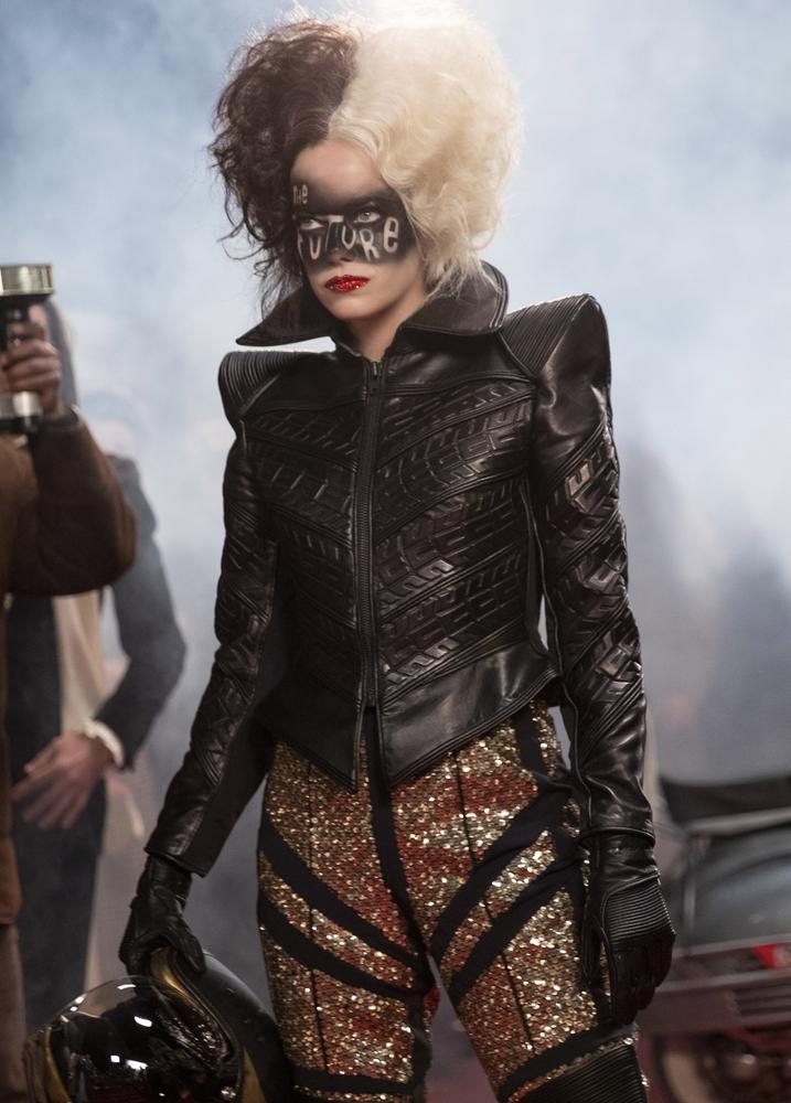"""Esta imagen difundida por Disney muestra a Emma Stone en una escena de """"Cruella"""".  El vestuario de la película fue diseñado por la diseñadora ganadora del Oscar Jenny Beavan.  (Laurie Sparham / Disney vía AP)"""