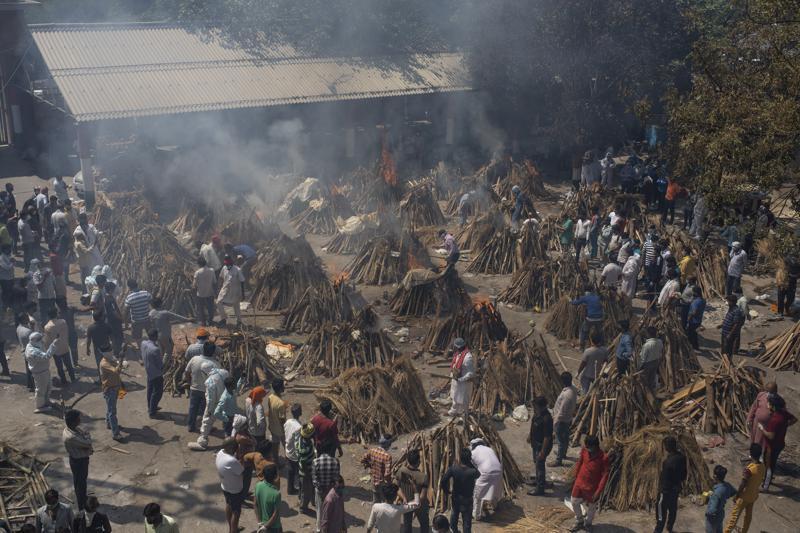 ملف - في 24 أبريل 2021 ، صورة ملف ، تحترق محارق جنائزية متعددة لأولئك الذين ماتوا بسبب COVID-19 في أرض تم تحويلها إلى محرقة لحرق جثث ضحايا الفيروس التاجي ، في نيودلهي ، الهند. قد تكون الوفيات الزائدة في الهند خلال الوباء أعلى بعشر مرات من حصيلة COVID-19 الرسمية ، مما يجعلها على الأرجح أسوأ مأساة إنسانية في الهند الحديثة ، وفقًا لأشمل بحث حتى الآن حول ويلات الفيروس في الدولة الواقعة في جنوب آسيا. (AP Photo / Altaf Qadri، File)