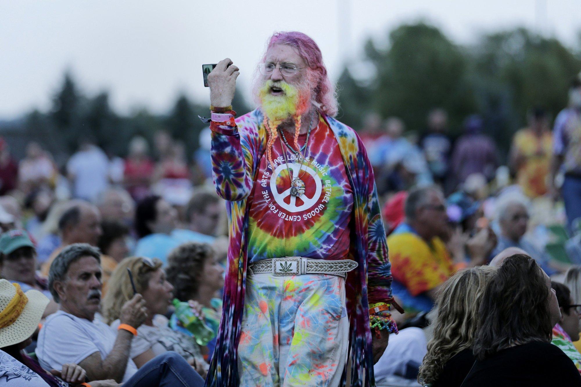 Arlo Guthrie sings as Woodstock fans flock to concert site