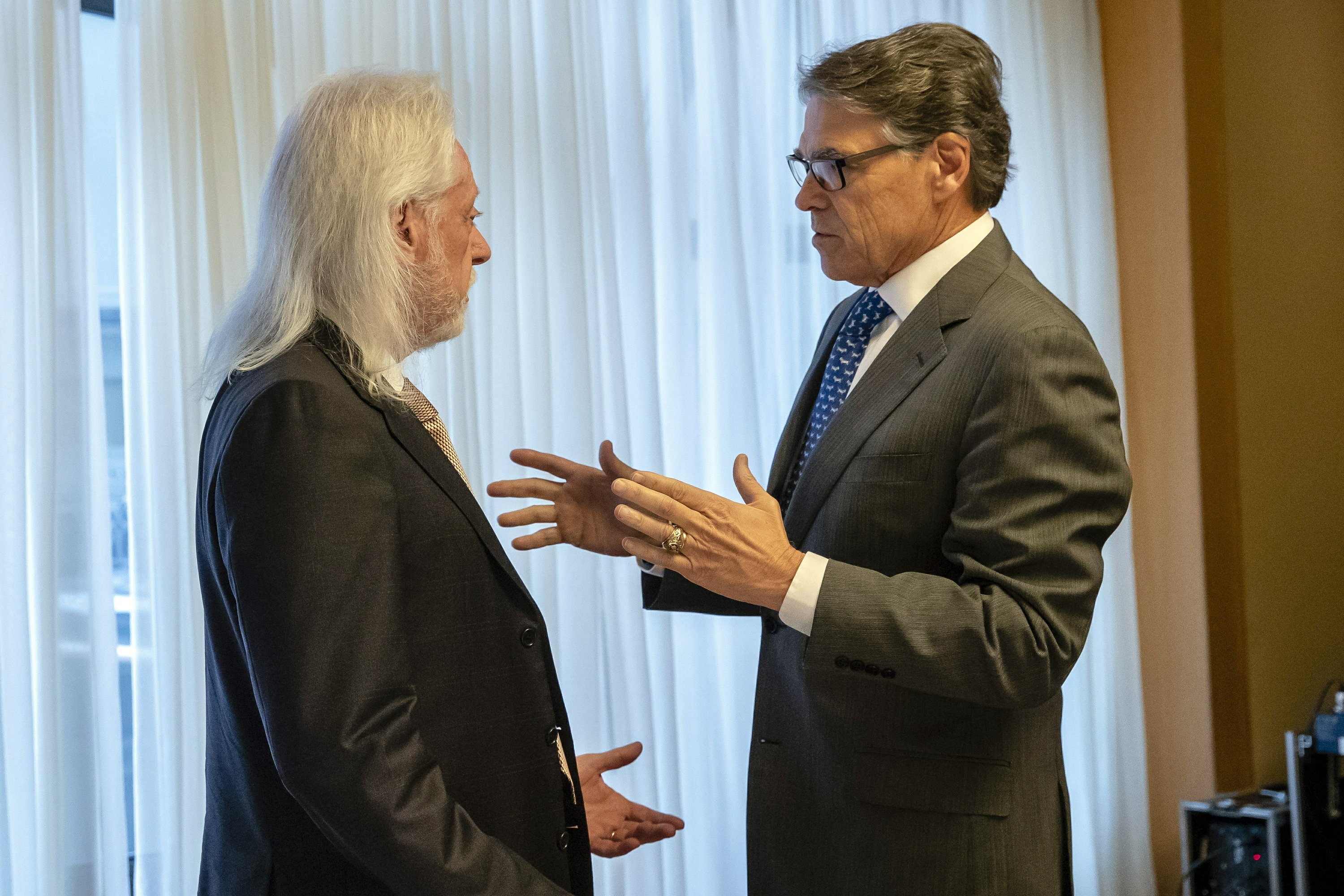 After boost from Perry, backers got huge gas deal in Ukraine