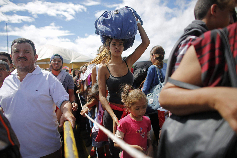100,000 Venezuelans cross border shopping for scarce food