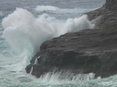 Wind and waves increase from Hawaii hurricane