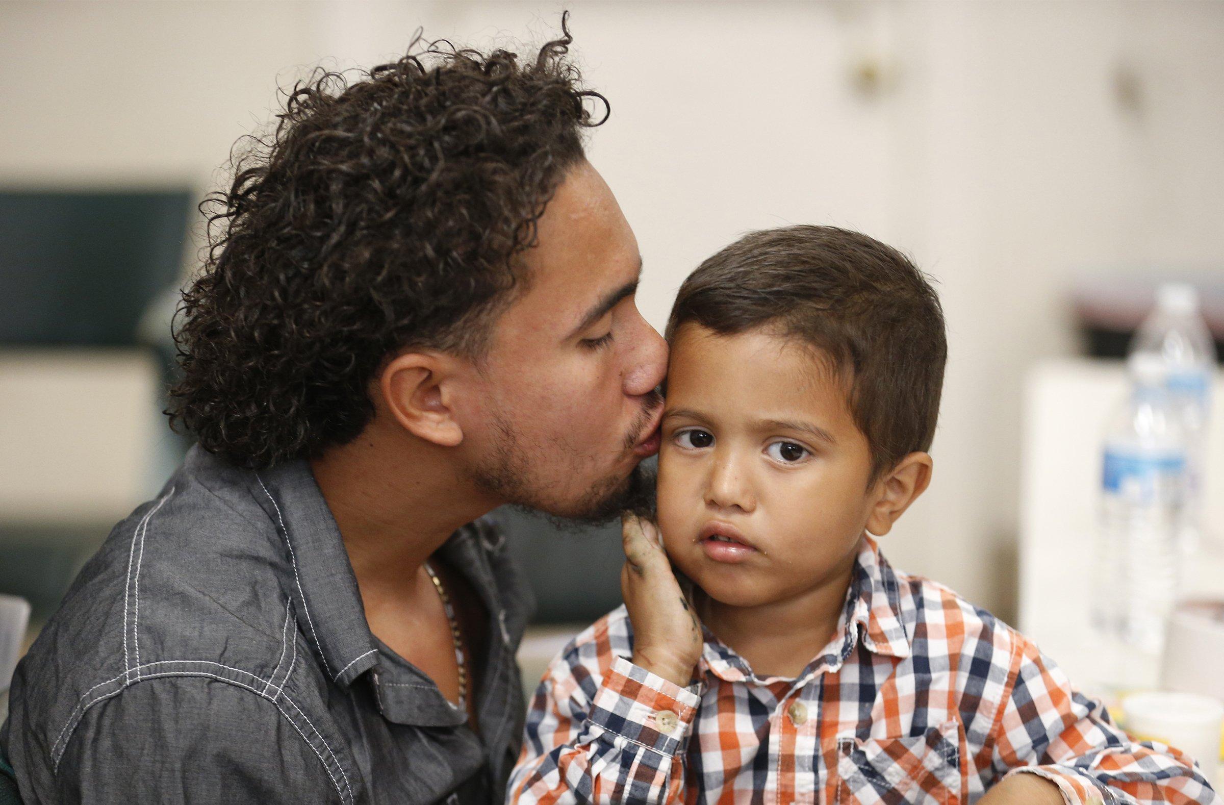 Government falls short of deadline to reunite kids, parents