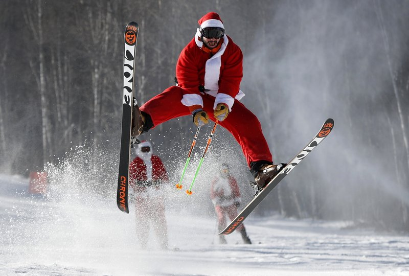 Image Pere Noel En Ski.Skiing Santas Tackle The Slopes In Annual Maine Charity