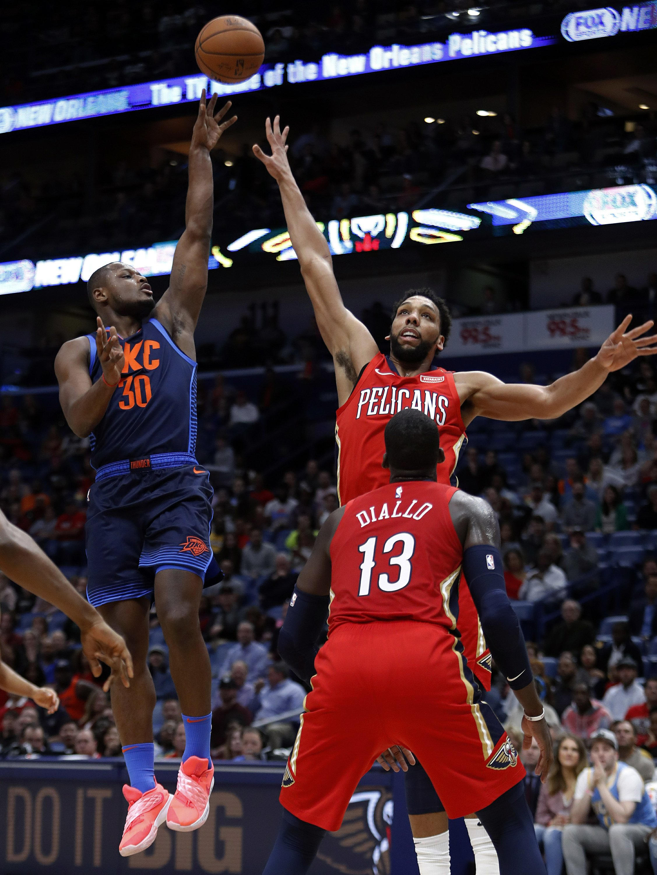 Davis Leaves With Shoulder Injury Pelicans Beat Thunder