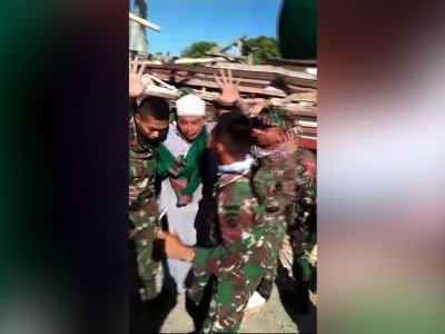 Raw: Man Pulled From Collapsed Indonesia Mosque