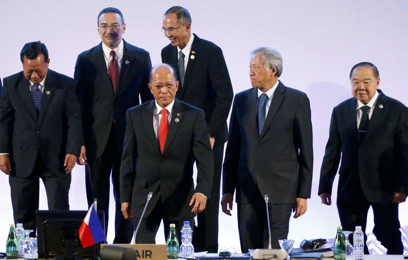 Delfin Lorenzana, Tea Banh, Hishammuddin Hussein, Sen Win, Ng Eng Hen, Prawit Wongsuwan