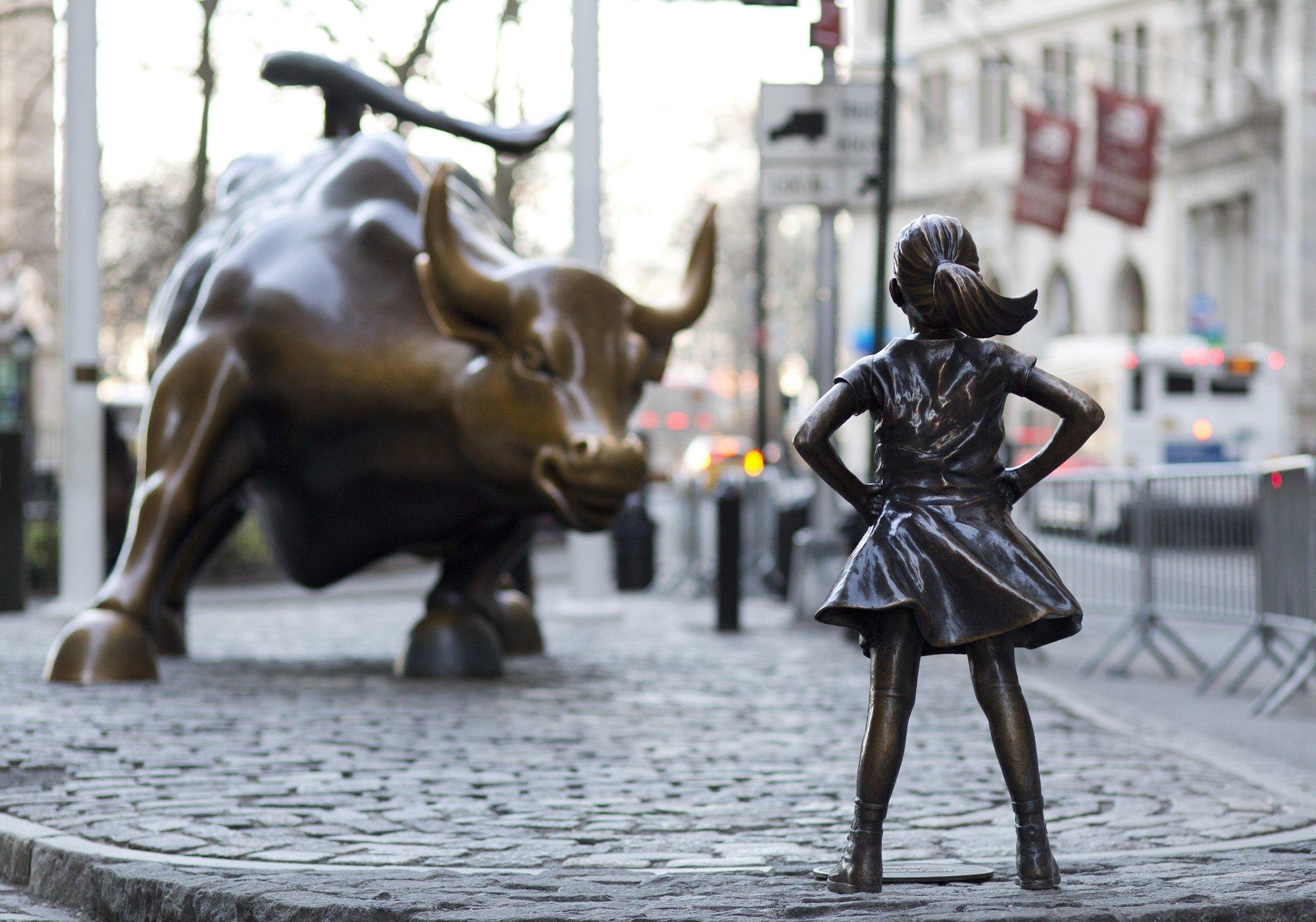 Resultado de imagen de estatua niña desafiante