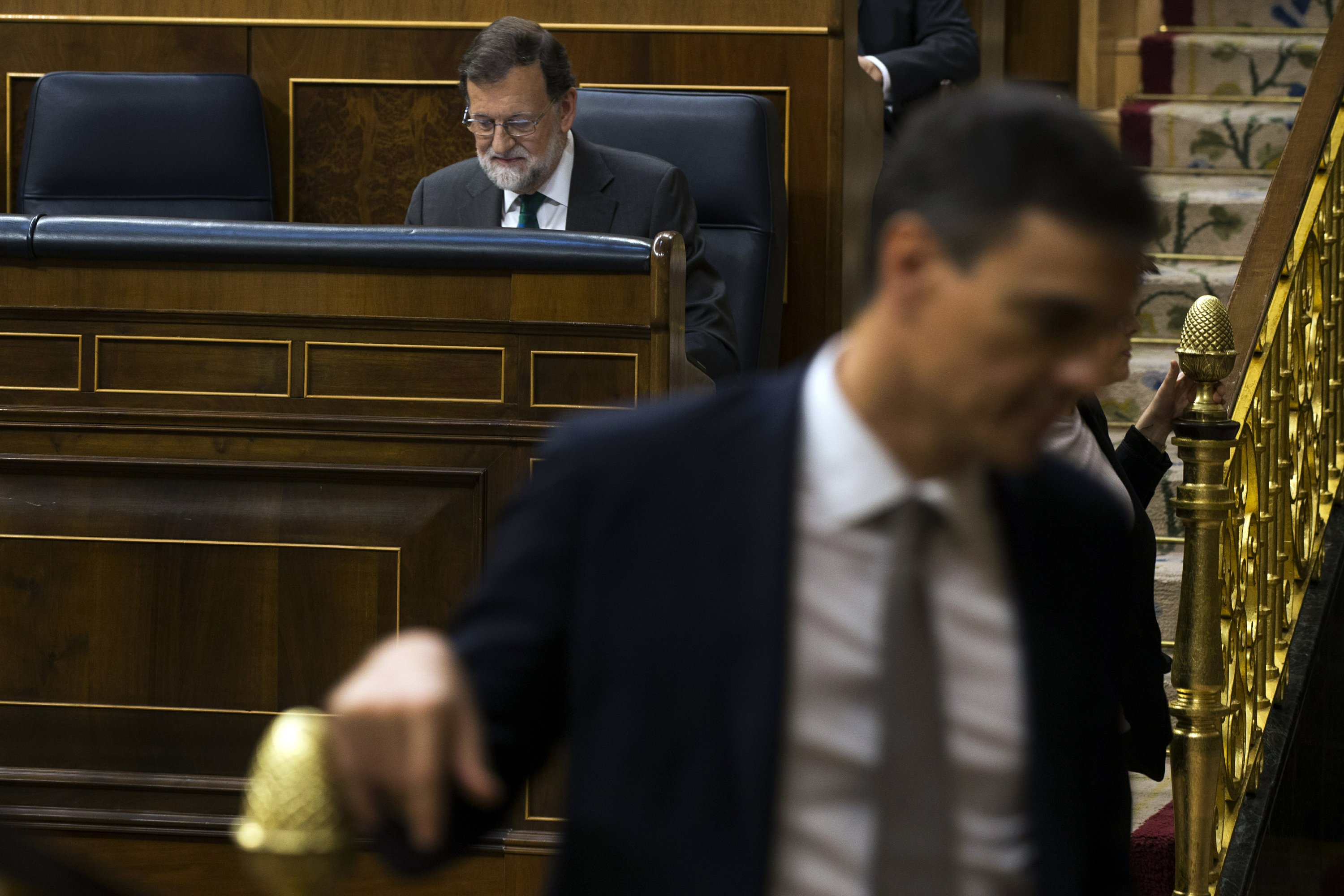 Spain government poised to fall, Socialists set to take helm