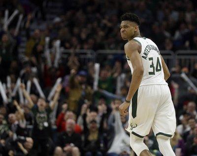 3a8e1d420c2 Antetokounmpo powers Bucks past Hornets for 50th win