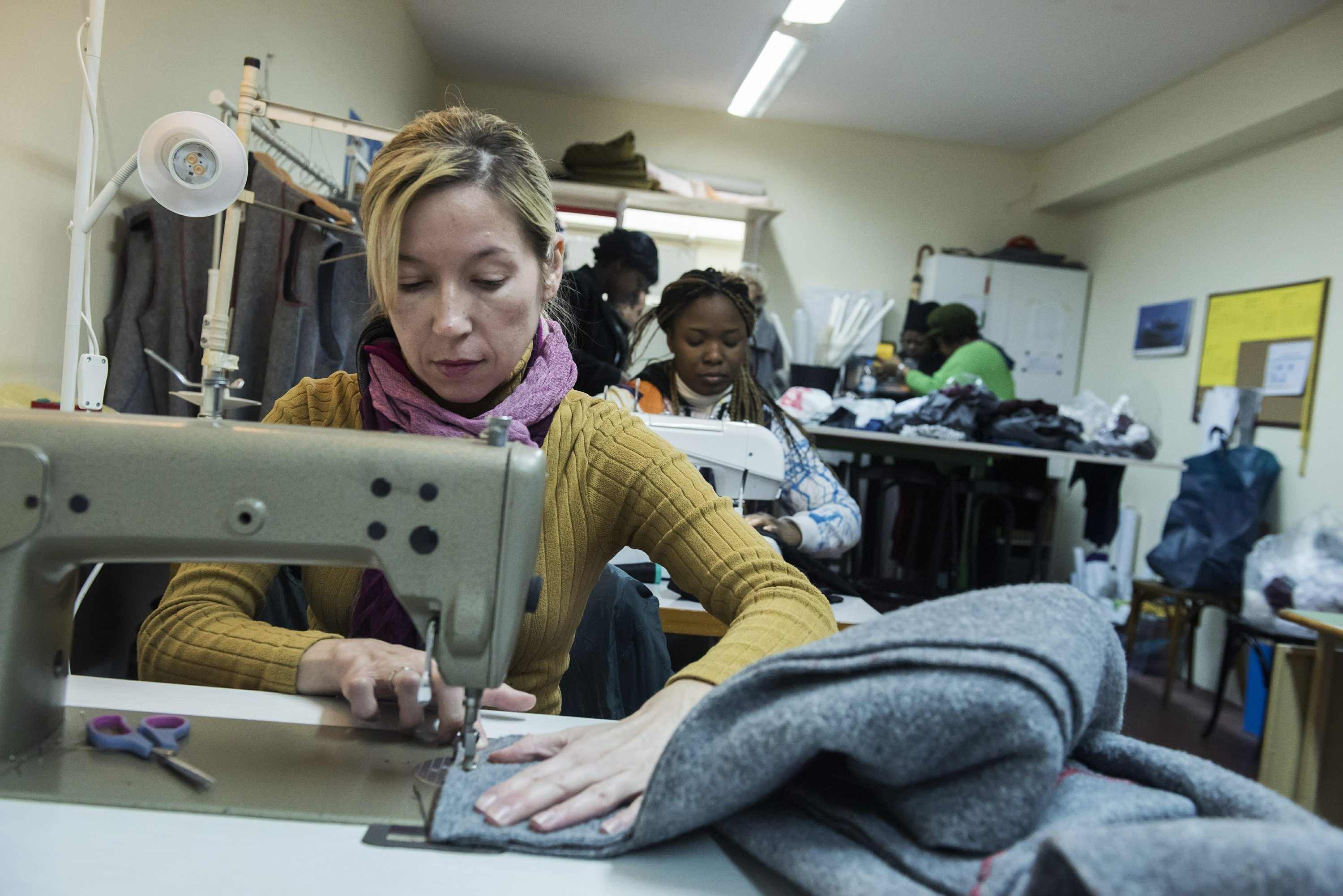 Charity turns old blankets into winter coats for refugees
