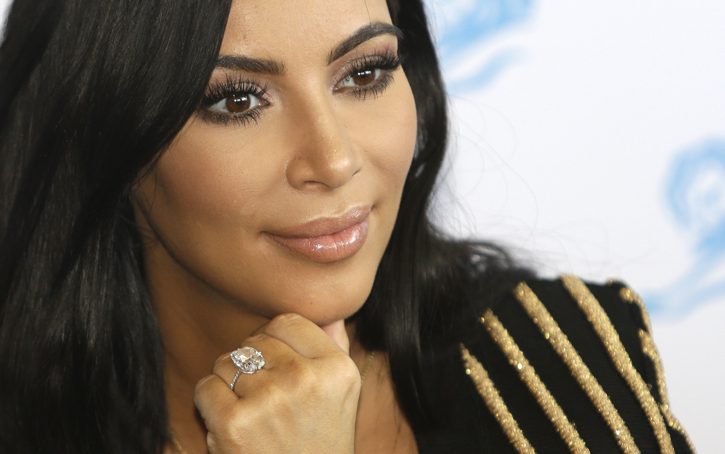 Armed jewelry thieves target Kardashian West in Paris