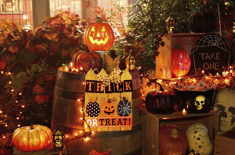 Spooky Or Sweet Choosing A Theme For Halloween Decorations - Use-pumpkins-to-decorate-your-house-for-halloween