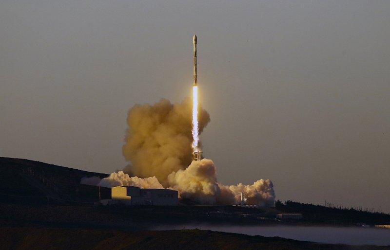 SpaceX launches 10 Iridium satellites from California