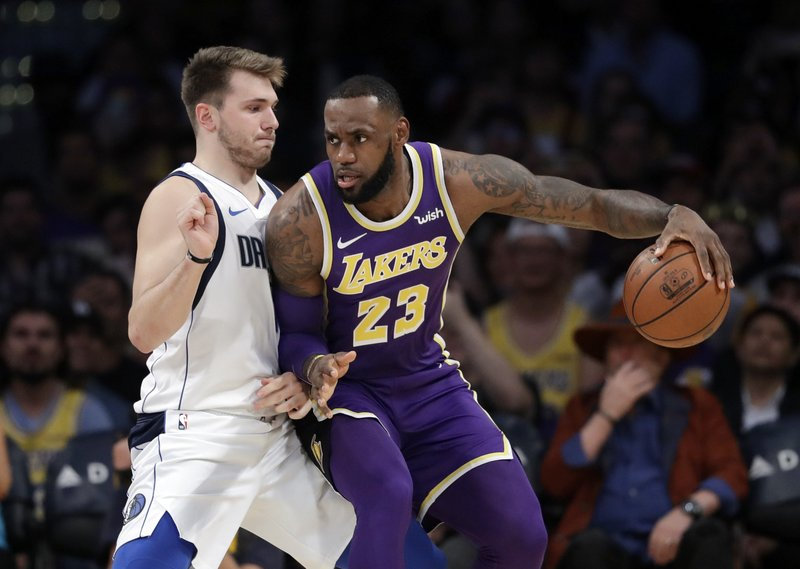 76708943f00 James  free throw gives Lakers 114-113 win over Mavericks