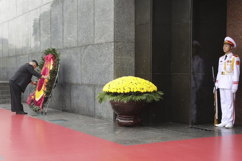 Kim pays respects at embalmed body of Vietnam's Ho Chi Minh