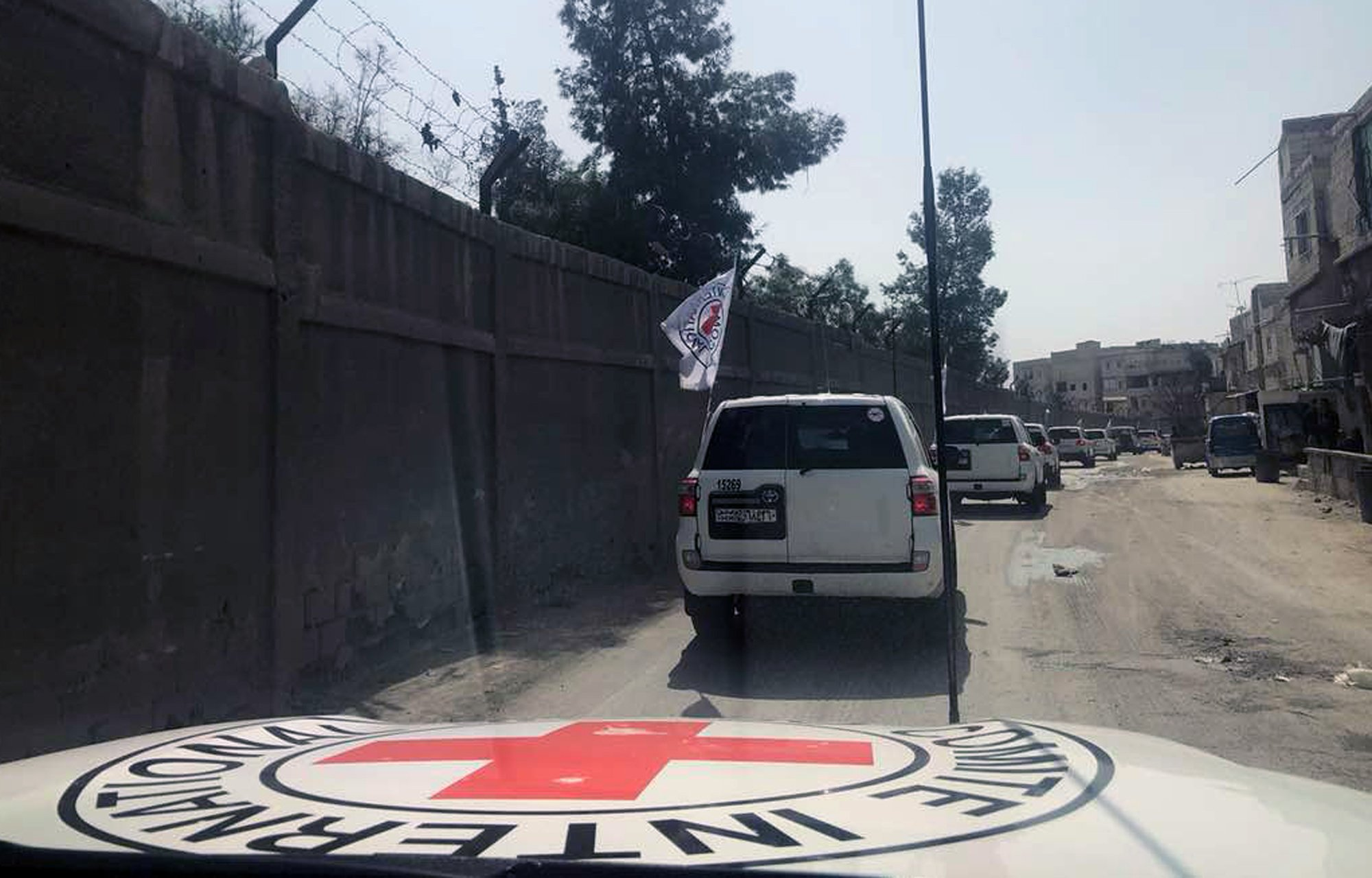 Aid convoy enters besieged rebel-held Damascus suburbs thumbnail