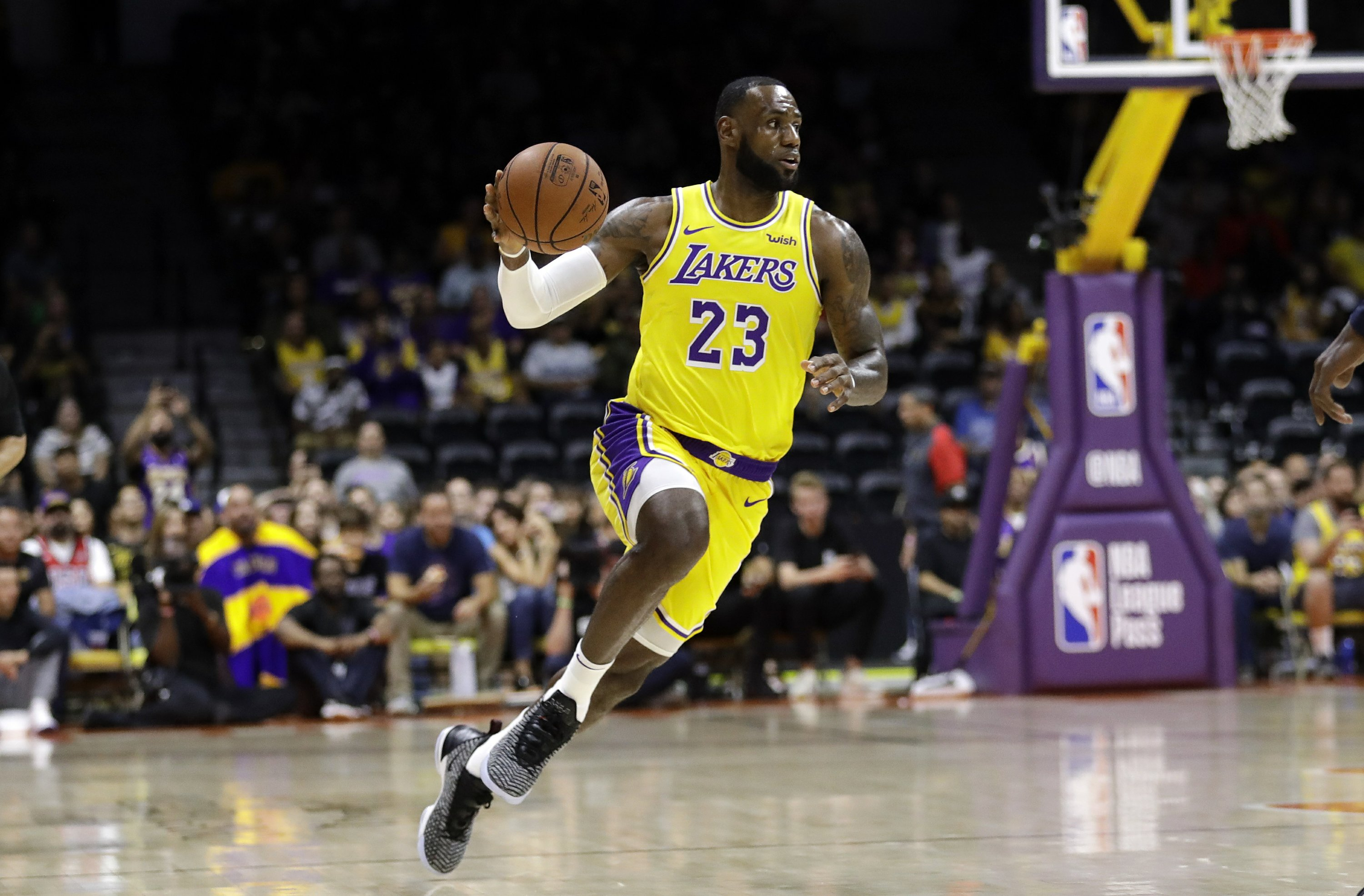 online store e62b5 2ac22 James captivates crowd in his Los Angeles Lakers debut