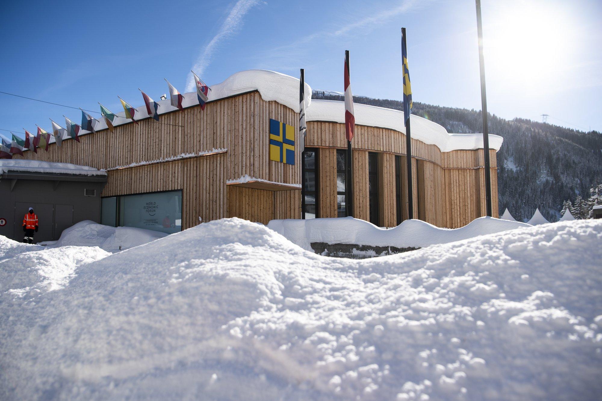 Facing populist assault, global elites regroup in Davos