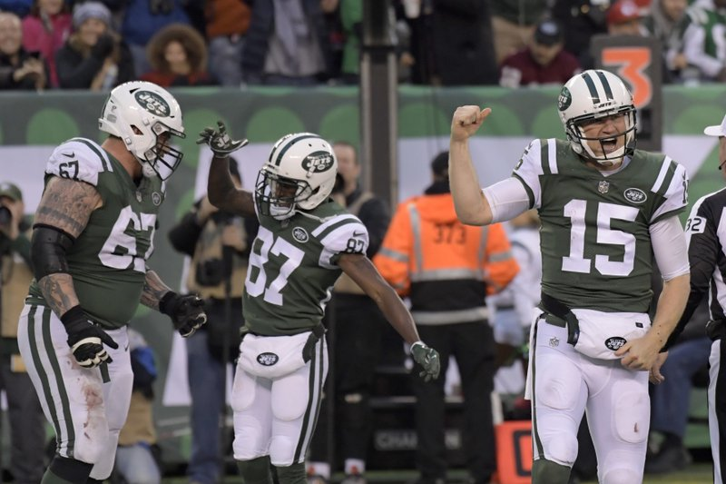 83ab168fa1e New York Jets quarterback Josh McCown, right, reacts after scoring a  touchdown during the second half of an NFL football game against the Kansas  City Chiefs ...