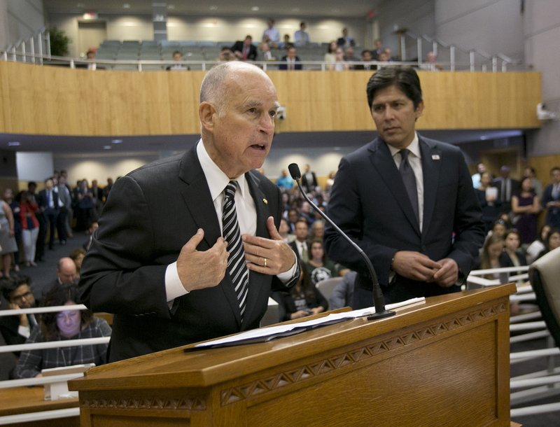 Jerry Brown, Kevin de Leon