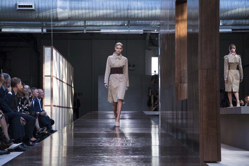 A Hit London Fashion Week First Burberry Show Tisci's cK1FJl