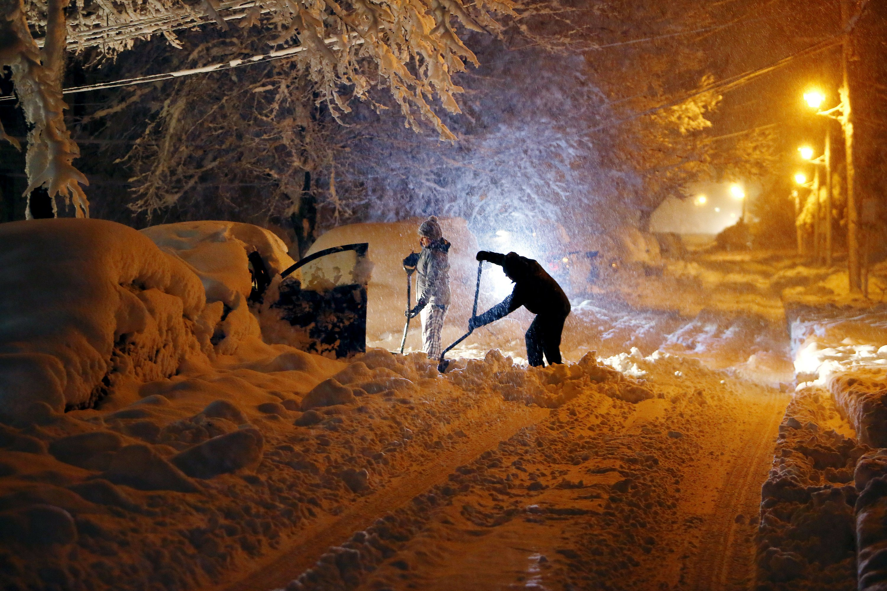 Storm moves up East Coast dumping snow, knocking out power thumbnail