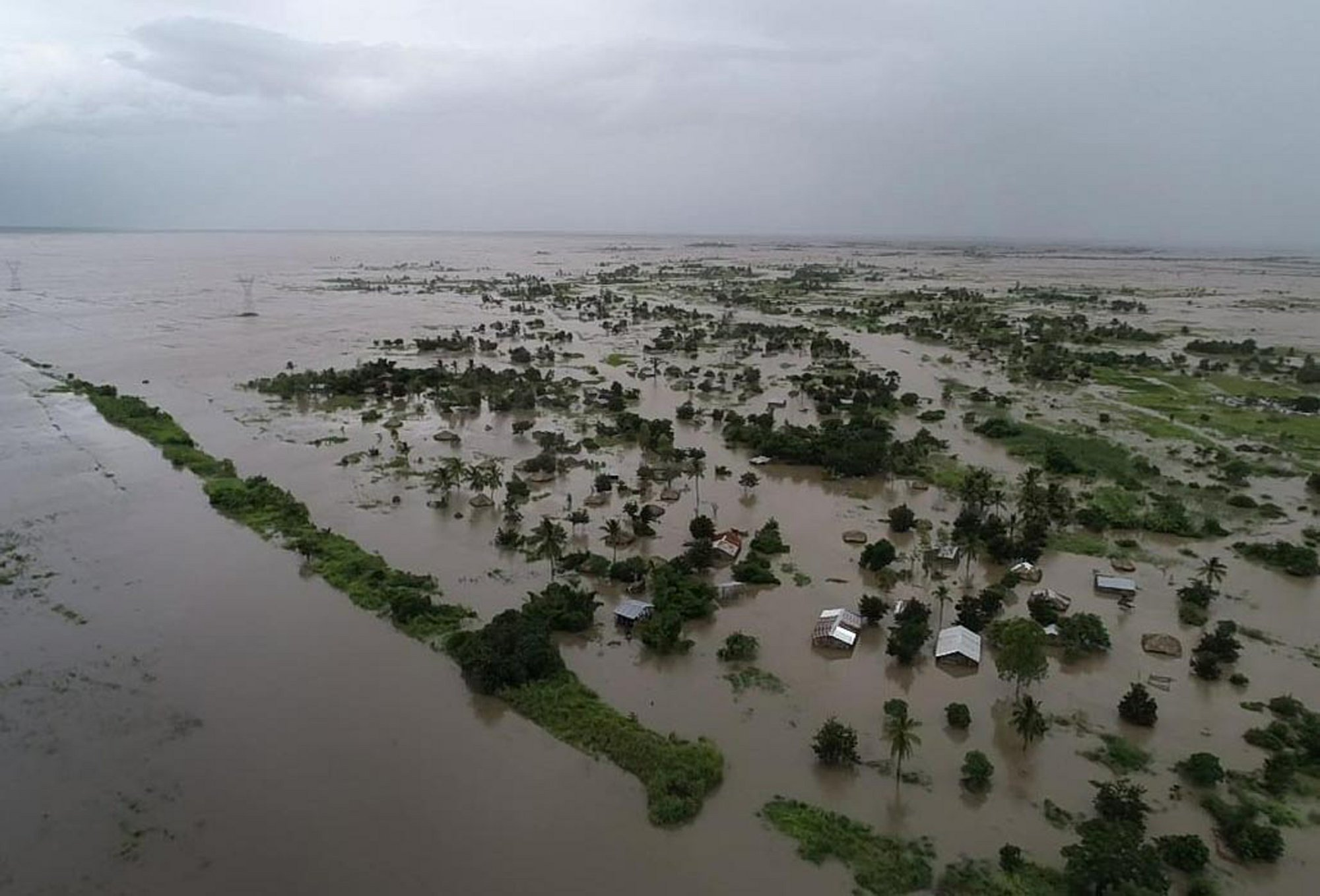 Cyclone's huge floods leave hundreds dead in southern Africa