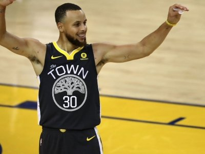Warriors Lead Finals 2-0 As Curry Sets Record