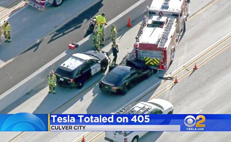 2 federal agencies send teams to probe Tesla freeway crash