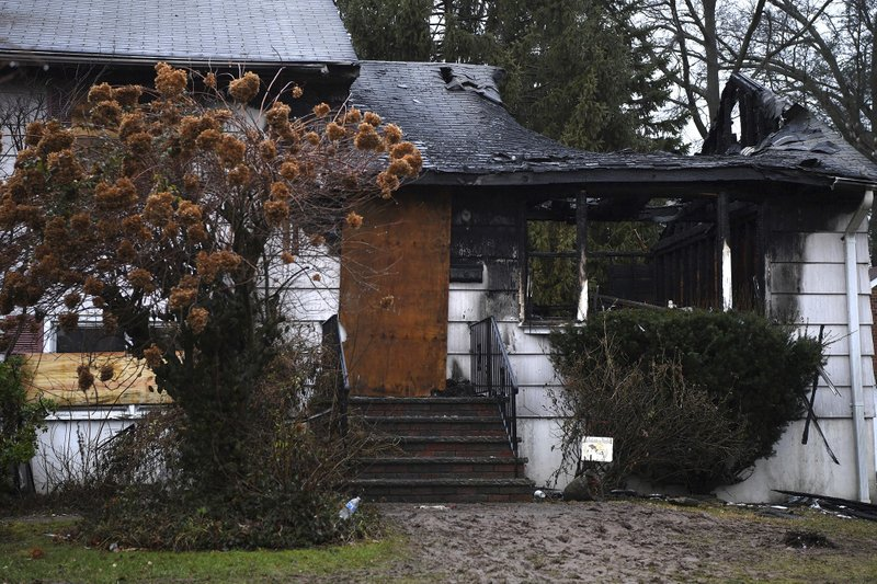 2 killed in fast-moving house fire