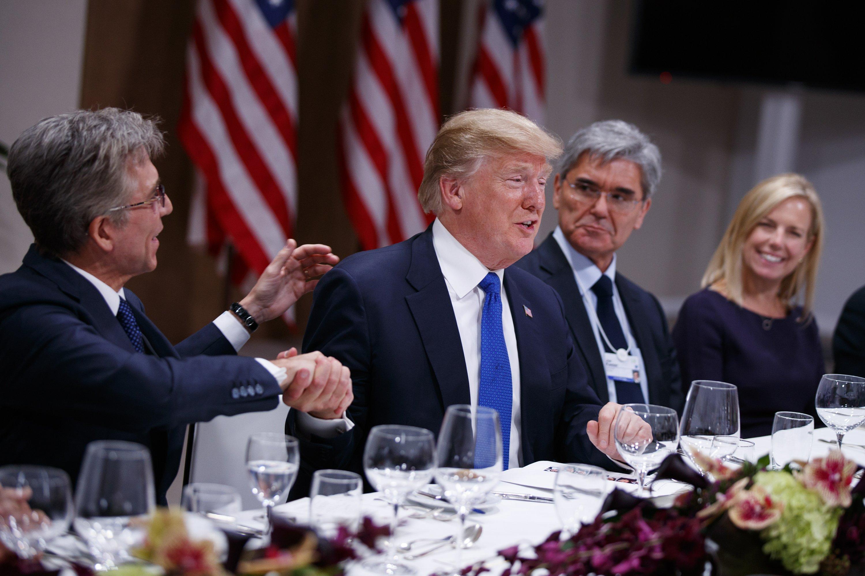 Trump in Davos: threatens Palestinians, reassures Brits