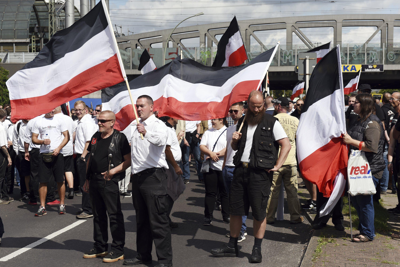 Counter-protesters block neo-Nazi march to Berlin prison