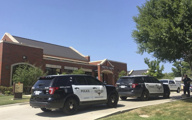 Police: 3 Fort Worth bank employees shot, suspects detained