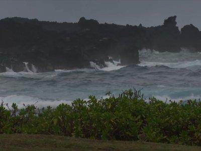 Raw: Hurricane Lane's Rain, Waves Reach Hawaii