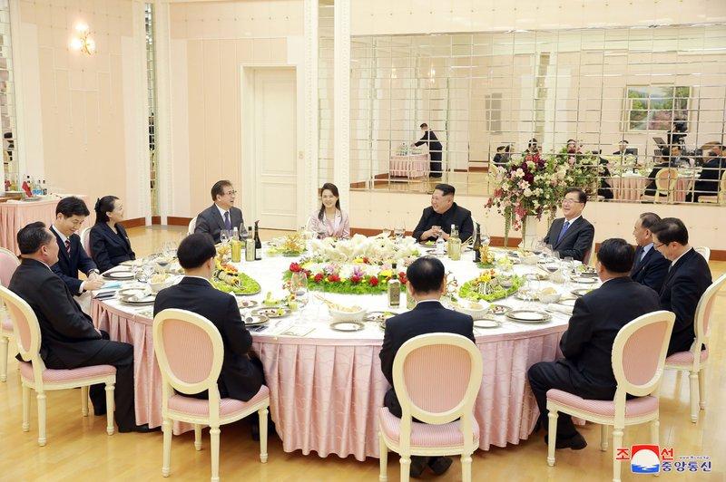 Kim Jong Un, Chung Eui-yong, Ri Sol Ju