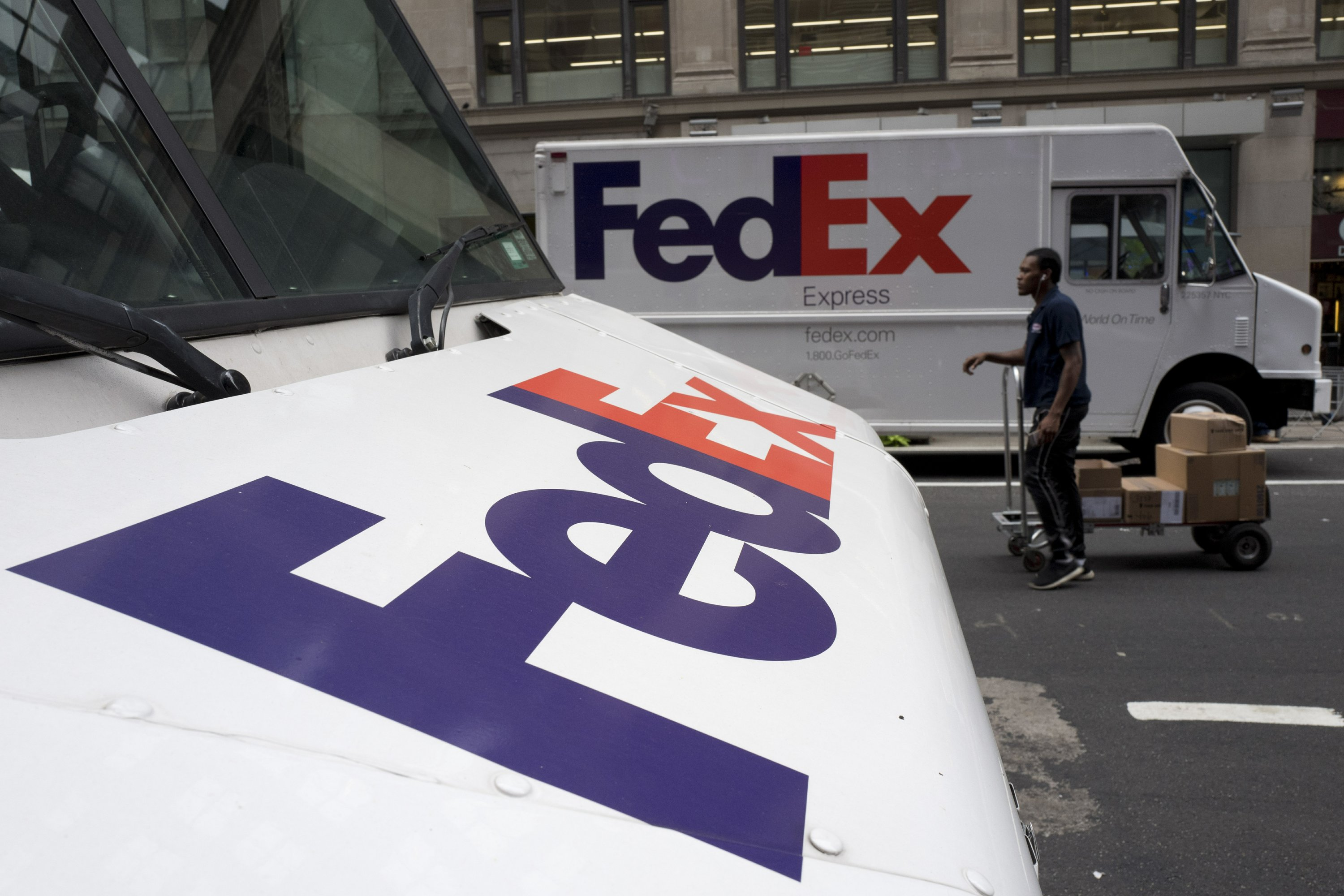 FedEx bucks corporate trend, sticks with NRA thumbnail