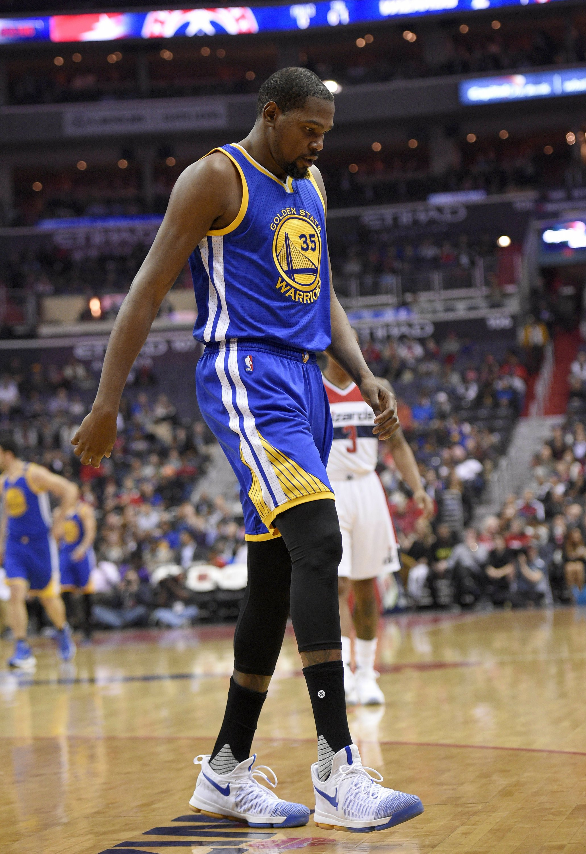 1ed44e2814e8 Durant hyperextends left knee  Warriors to bring back Barnes