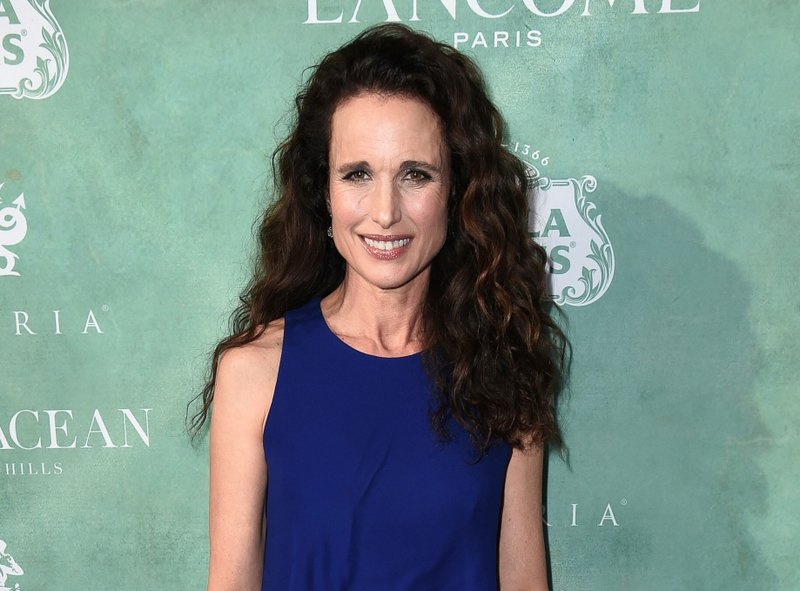 To Men The Says Time Andie Macdowell It's For Towel' 'drop DEH29I