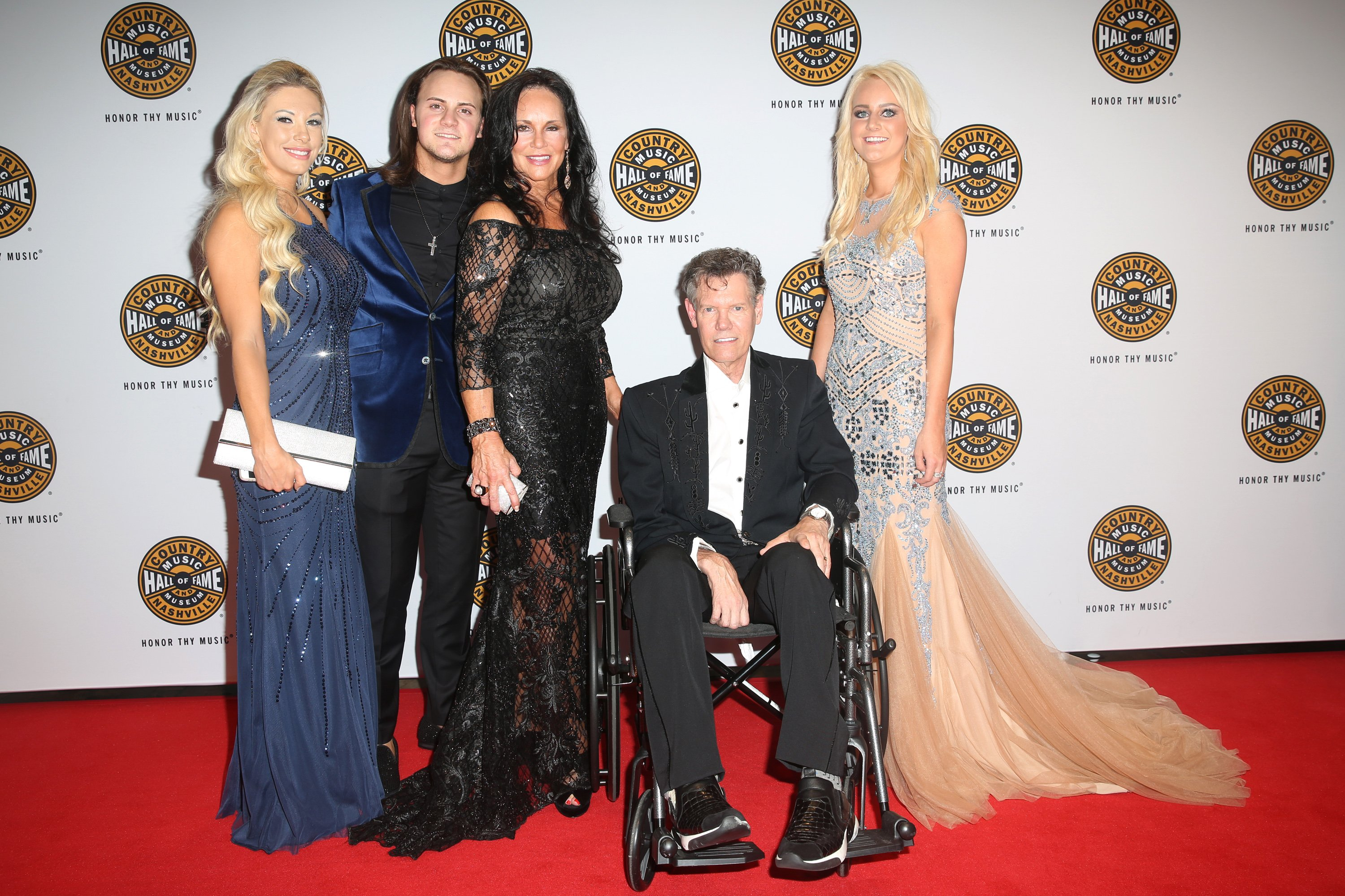 Randy Travis stuns crowd, sings at Hall of Fame induction