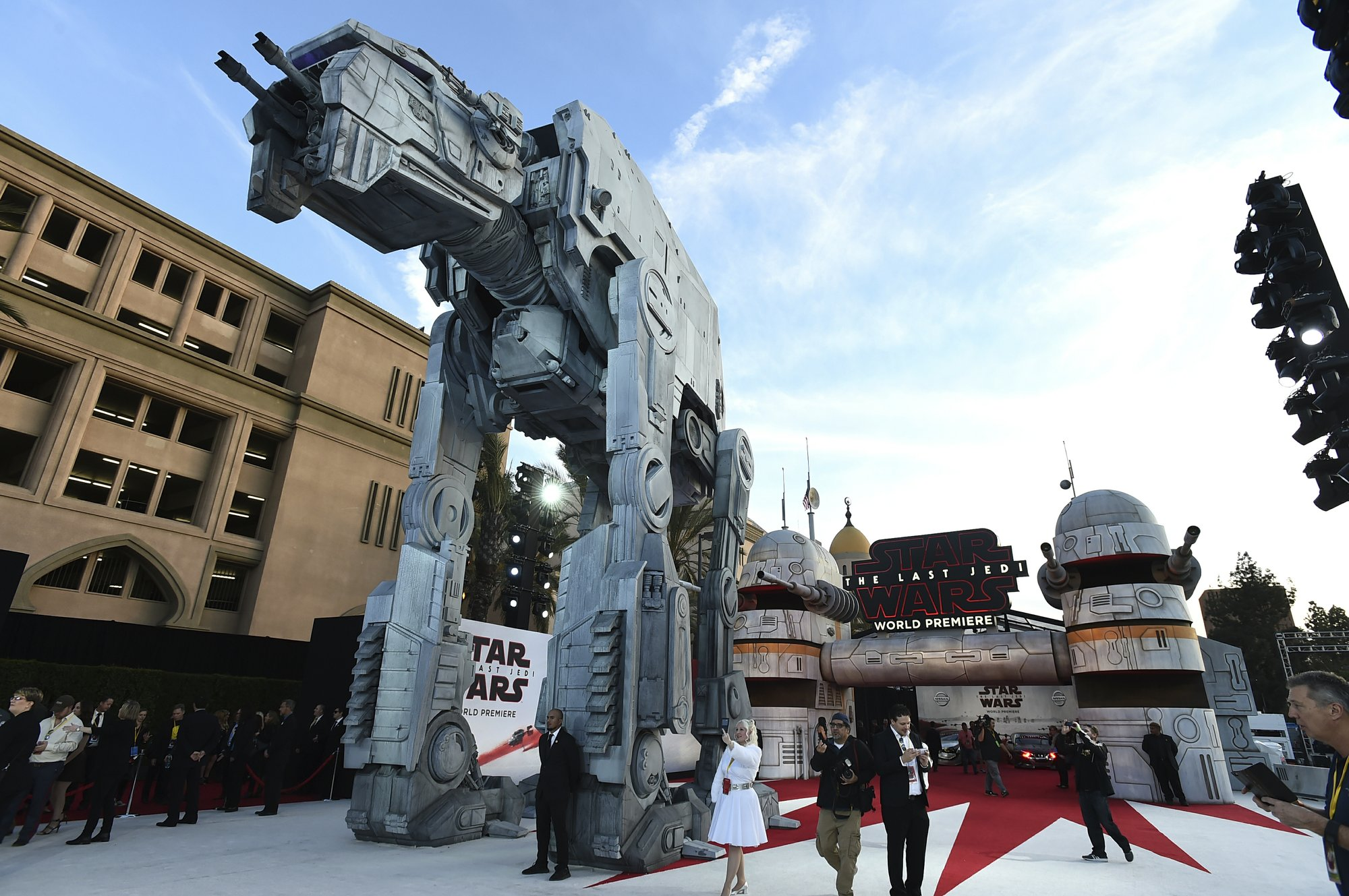 Early praise for 'The Last Jedi' after elaborate premiere