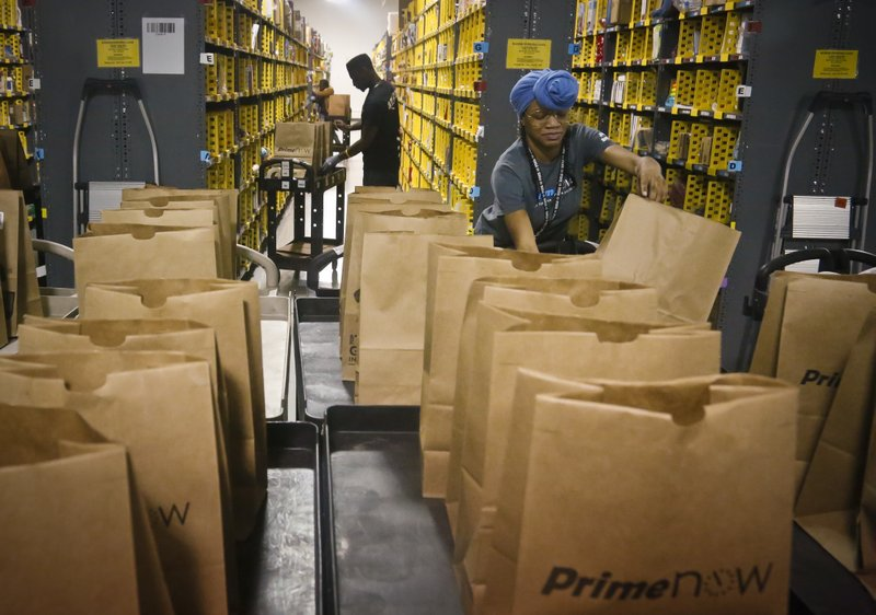 Amazon, in sign of growth, holds job fair for United States warehouses