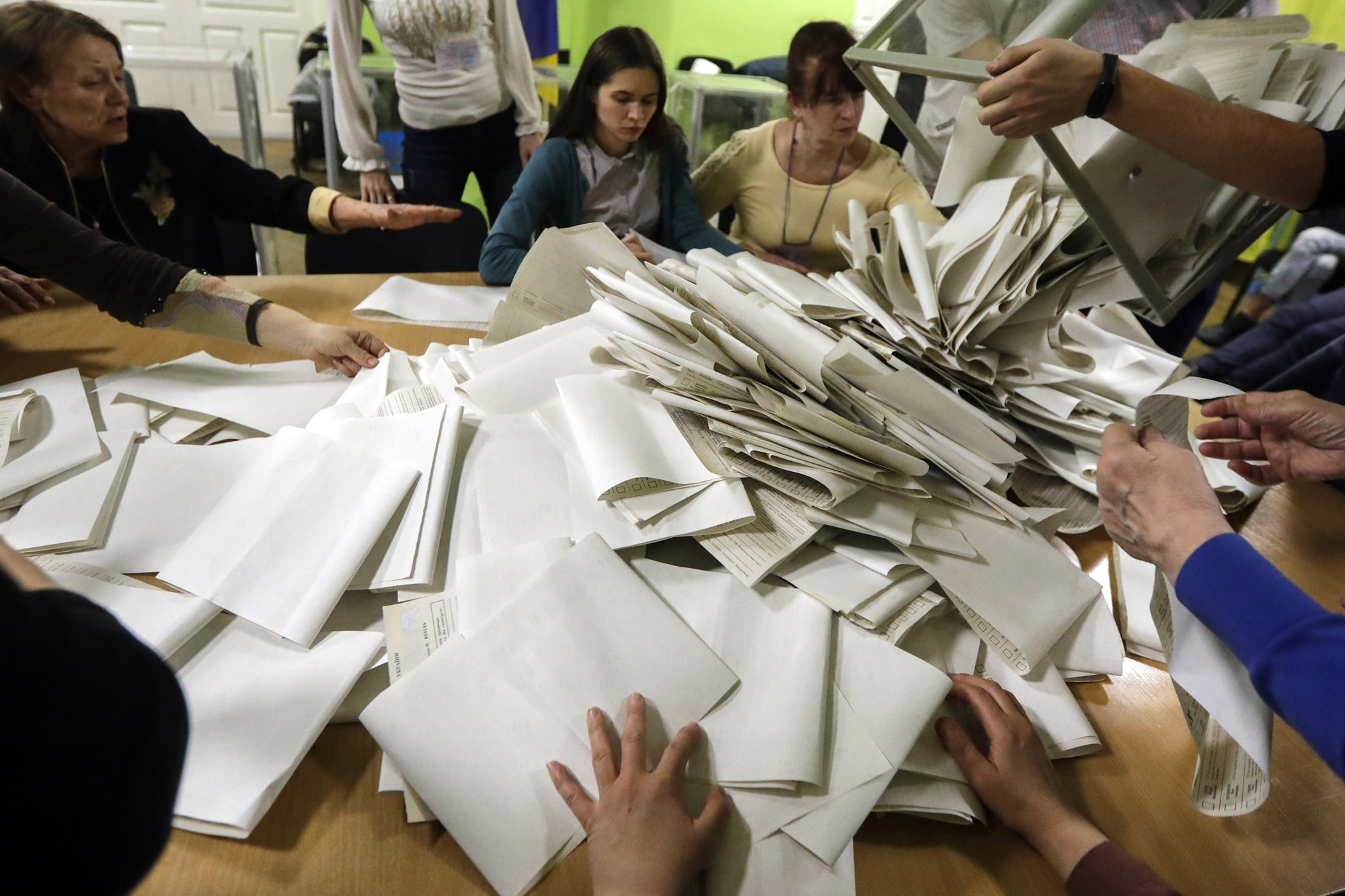 The Latest: Turnout in Ukraine election at nearly 64 percent