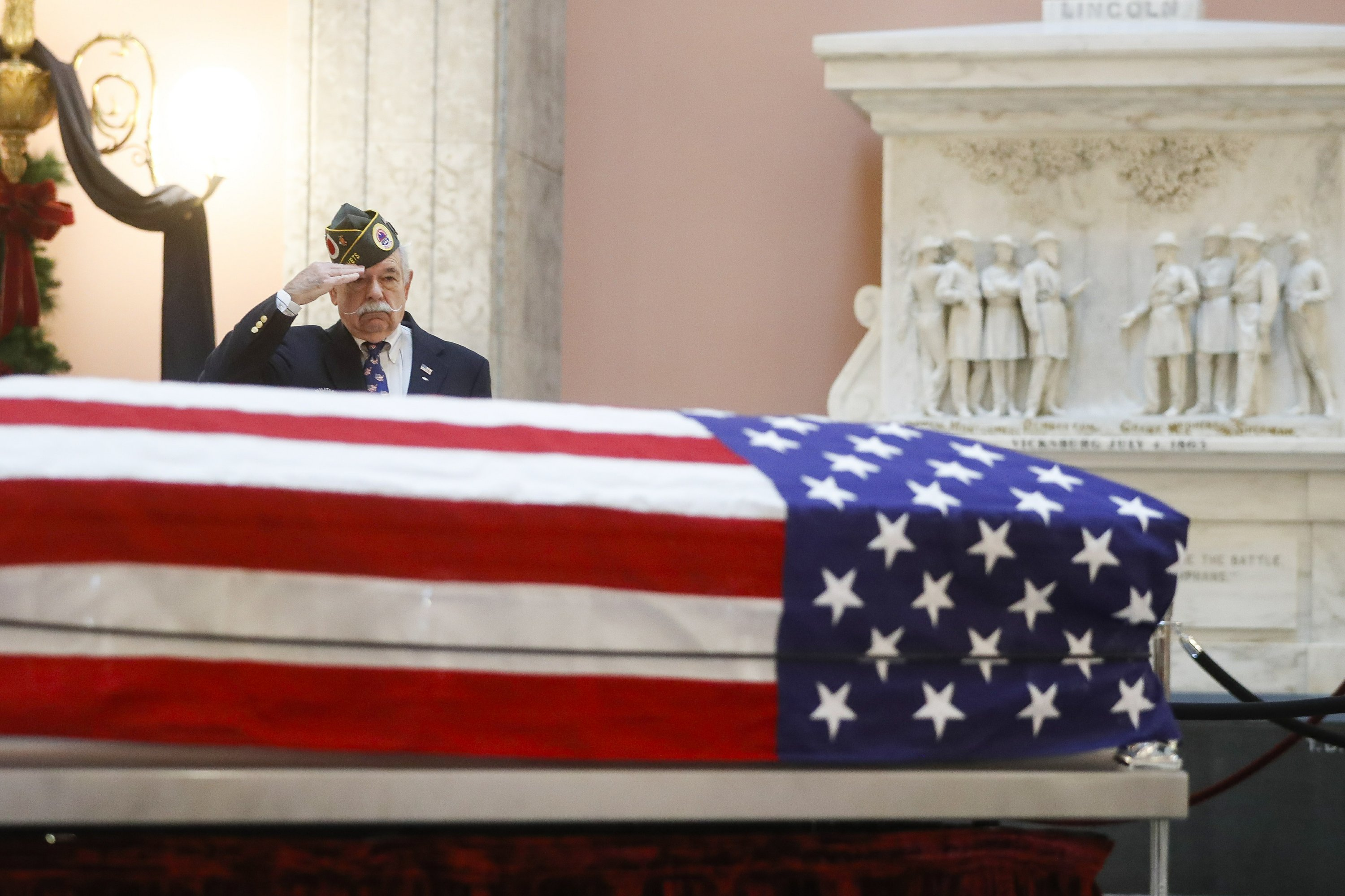 John Glenn lies in honor at Ohio capitol for public goodbye