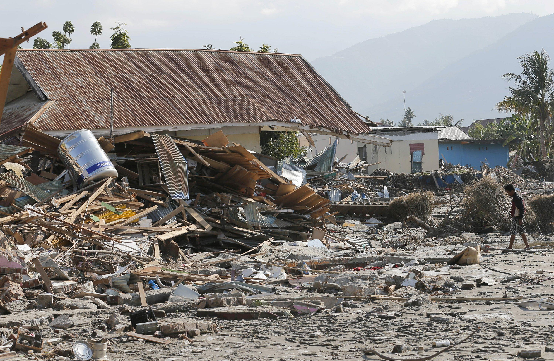 Quake survivors clamor to flee hard-hit Indonesian city